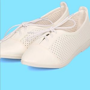 NIB LEATHERETTE POINTY TOE LACE UP PERFORA…